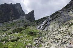 Mala studenadolina som fotvandrar slingan i höga Tatras, touristic säsong för sommar, lös natur, touristic slinga royaltyfria foton