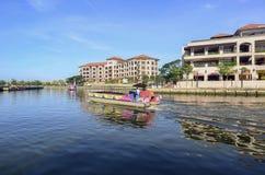 MALACA, MALASIA - 7 de noviembre de 2015 el barco del viaje de la travesía navega en el mA Foto de archivo