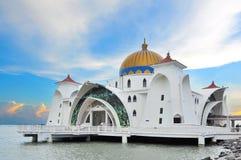 Malacca μουσουλμανικό τέμενος στενών (Masjid Selat Melaka) στοκ φωτογραφίες