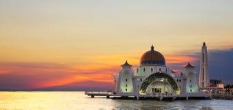 Malacca μουσουλμανικό τέμενος στενών (Masjid Selat Melaka) στοκ εικόνες