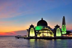 Malacca μουσουλμανικό τέμενος στενών (Masjid Selat Melaka) στοκ εικόνα με δικαίωμα ελεύθερης χρήσης