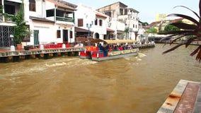 Διακινούμενο σύνολο κρουαζιέρας του επιβάτη που διασχίζει από το Malacca ποταμό απόθεμα βίντεο