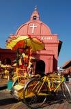 Malacca-Dreirad u. die Kirche Stockfotografie