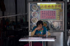 Malacca, Malásia, 25/09/2016 de mulher asiática idosa sentou-se no chinês fotografia de stock