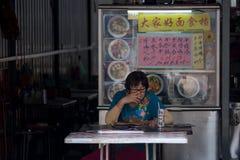 Malacca Malaysia, 25/09/2016 äldre asiatiska kvinna satt på kines arkivbild