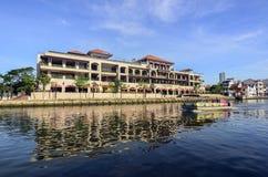 MALACCA MALAYSIA - NOVEMBER 7, 2015 kryssning turnerar fartyget seglar på modern Arkivfoton