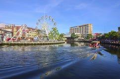 MALACCA, MALEZJA - NOV 7, 2015 rejs wycieczki turysycznej łódź żegluje na Ma Fotografia Stock