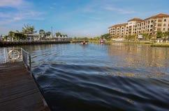 MALACCA, MALÁSIA - 7 de novembro de 2015 o barco da excursão do cruzeiro navega no miliampère Fotografia de Stock