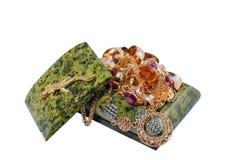 Malachitowa szkatuła z rozsypiskiem złocista biżuteria Obrazy Royalty Free