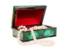Malachitowy pudełko z perełkową kolią Obraz Stock