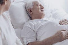 Malade d'homme supérieur avec le cancer Image stock