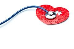 Maladie cardiaque, coeur de puzzle avec le stéthoscope Photographie stock libre de droits