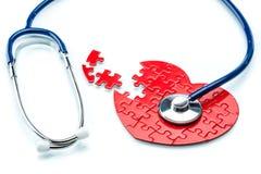 Maladie cardiaque, coeur de puzzle avec le stéthoscope Photographie stock