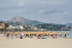 MALAGA ANDALUCIA/SPAIN - JULI 5: Folk som kopplar av på stranden Royaltyfria Bilder