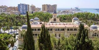 MALAGA, CZERWIEC - 12: Miasto uliczny widok z urzędu miasta budynkiem na Ju obraz stock