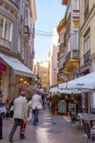 MALAGA - 12 DE JUNHO: Opinião da rua da cidade com terraços do bar e s Imagem de Stock Royalty Free