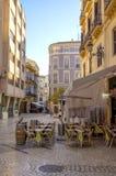 MALAGA - 12 DE JUNHO: Opinião da rua da cidade com terraços do bar e s Foto de Stock