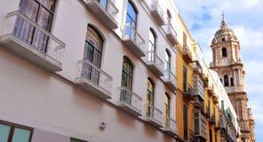 MALAGA - 12 DE JUNHO: Opinião da rua da cidade com terraços do bar e s Fotografia de Stock Royalty Free