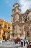 Malaga - den domkyrkatornet och springbrunnen från Plaza del Obispo Royaltyfri Foto