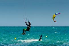 MALAGA, ESPAGNE - 25 MAI, 201 Kiteboarder a plaisir à surfer dans le bleu Photo stock