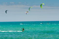 MALAGA, ESPAGNE - 25 MAI, 201 Kiteboarder a plaisir à surfer dans le bleu Image stock