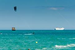MALAGA, ESPAGNE - 25 MAI, 201 Kiteboarder a plaisir à surfer dans le bleu Photographie stock libre de droits