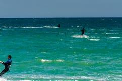 MALAGA, ESPAGNE - 25 MAI, 201 Kiteboarder a plaisir à surfer dans le bleu Images libres de droits