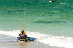 MALAGA, ESPAGNE - 25 MAI, 201 Kiteboarder a plaisir à surfer dans le bleu Images stock