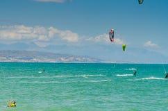 MALAGA, ESPAGNE - 25 MAI, 201 Kiteboarder a plaisir à surfer dans le bleu Photographie stock