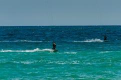 MALAGA, ESPAGNE - 25 MAI, 201 Kiteboarder a plaisir à surfer dans le bleu Image libre de droits