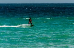 MALAGA, ESPAGNE - 25 MAI, 201 Kiteboarder a plaisir à surfer dans le bleu Photos libres de droits