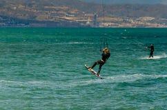 MALAGA, ESPAGNE - 25 MAI, 201 Kiteboarder a plaisir à surfer dans le bleu Photo libre de droits