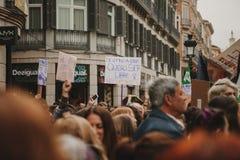 MALAGA, ESPAGNE - 8 MARS 2018 : Les milliers de femmes participent à la grève féministe le jour de femmes au centre de la ville d Images libres de droits