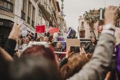 MALAGA, ESPAGNE - 8 MARS 2018 : Les milliers de femmes participent à la grève féministe le jour de femmes au centre de la ville d Photos stock
