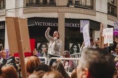MALAGA, ESPAGNE - 8 MARS 2018 : Les milliers de femmes participent à la grève féministe le jour de femmes au centre de la ville d Photographie stock