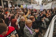 MALAGA, ESPAGNE - 8 MARS 2018 : Les milliers de femmes participent à la grève féministe le jour de femmes au centre de la ville d Photo libre de droits