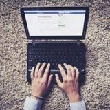 MALAGA, ESPANHA - 26 DE ABRIL DE 2015: Página do início de uma sessão de Facebook em um interior do tela de computador em casa Foto de Stock Royalty Free