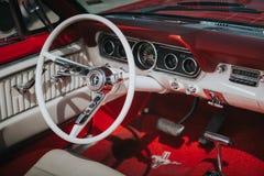 MALAGA, ESPANHA - 30 DE JULHO DE 2016: Opinião 1966 interior de Ford Mustang na cor vermelha, estacionada no aeródromo de Malaga, Fotografia de Stock Royalty Free