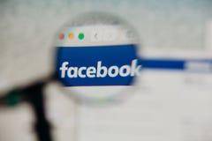 MALAGA, ESPANHA - 3 DE JUNHO DE 2017: Detalhe do Web site de Facebook em um tela de computador, visto através da lupa Conceito so Imagens de Stock