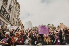 MALAGA, ESPANHA - 8 DE MARÇO DE 2018: Os milhares de mulheres participam na greve feminista no dia das mulheres no centro da cida Imagem de Stock