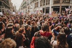 MALAGA, ESPANHA - 8 DE MARÇO DE 2018: Os milhares de mulheres participam na greve feminista no dia das mulheres no centro da cida Foto de Stock Royalty Free
