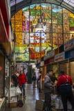 Malaga, Espanha/04 03 2019: Dentro do mercado de Atarazanas na Espanha de Malaga com vidro e os povos decorados com sua fonte imagens de stock