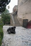 Malaga, Espanha, em fevereiro de 2019 A escadaria velha, o p?tio interno com o canh?o velho e as paredes de pedra antigas do ?rab imagem de stock