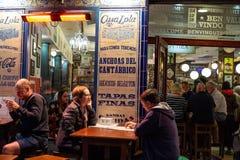 Malaga, Espanha 04 04 2019: Povos que t?m a noite do jantar para fora no restaurante de Lola da casa em Malaga spain fotografia de stock