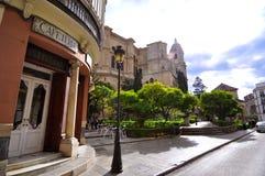 MALAGA - 12 GIUGNO: Vista della via della città con i terrazzi del self-service e la s fotografie stock libere da diritti