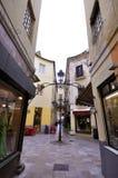 MALAGA - 12 GIUGNO: Vista della via della città con i terrazzi del self-service e la s immagini stock libere da diritti