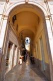 MALAGA - 12 GIUGNO: Vista della via della città con i terrazzi del self-service e la s fotografie stock