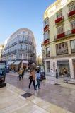 MALAGA - 12 GIUGNO: Vista della via della città con i terrazzi del self-service e la s immagine stock