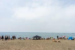 Malaga Hiszpania, Czerwiec, - 24: Ludzie wygrzewa się w słońcu przy Malagueta obraz stock