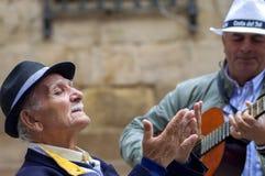 MALAGA HISZPANIA, KWIECIEŃ, - 29: Dwa mężczyzna bawić się hiszpańską gitarę i grzech zdjęcia royalty free